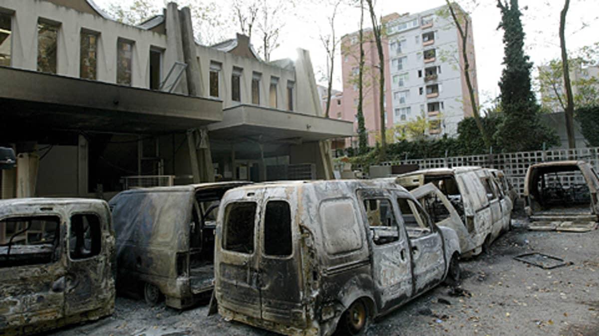 Nuorisojoukkojen mellakoiden aikana polttamia autoja.