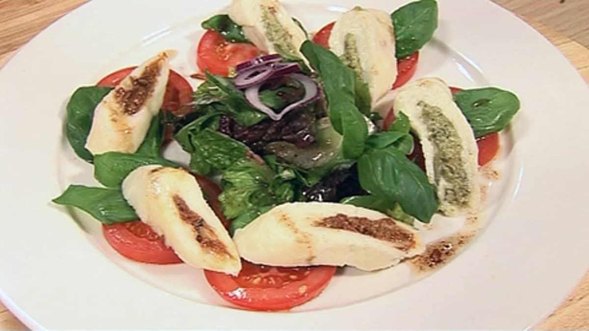Mozzarellasalaatti lautasella.
