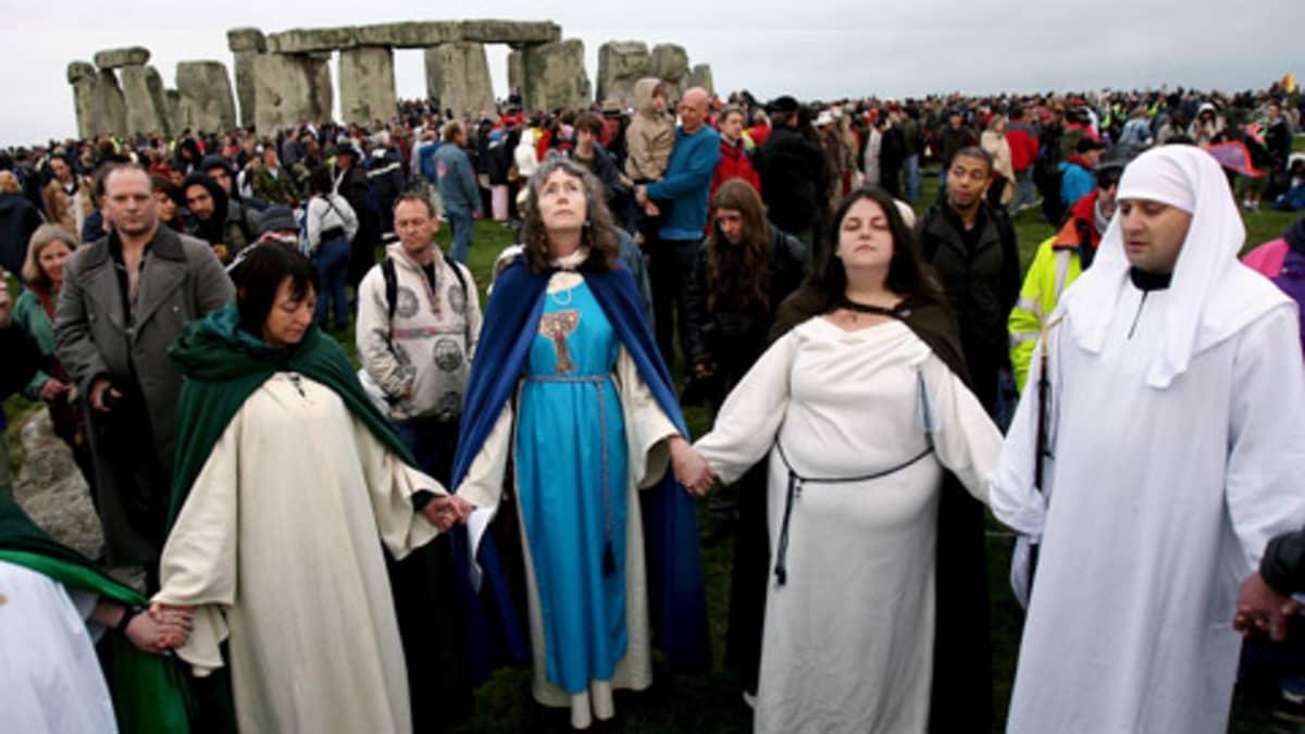 Druidismin harjoittajat kokoontuivat Stonehengen edustalla.