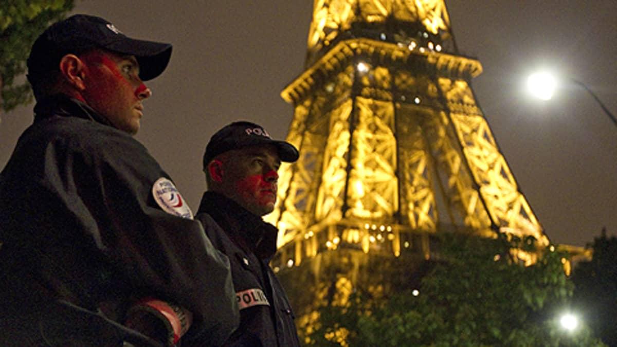Poliisi vartioivat Eiffel-tornin juurella.