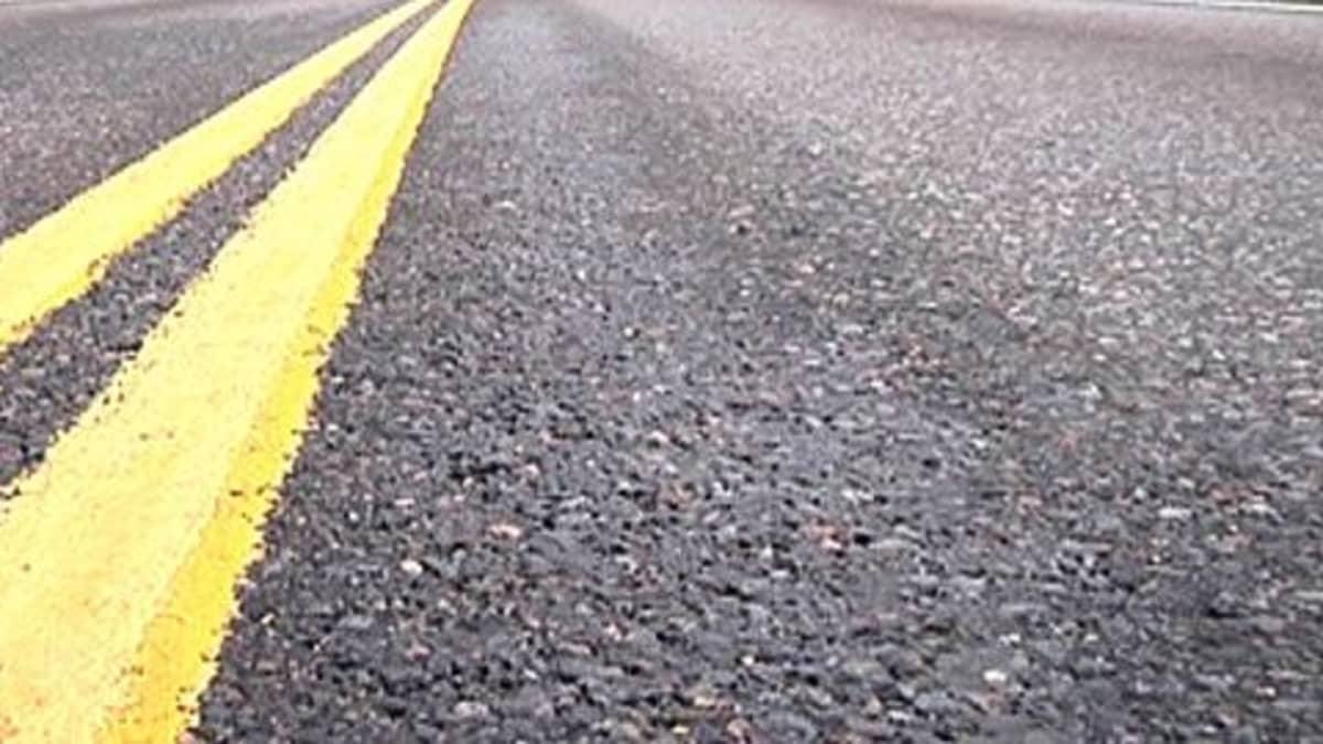 Tuoreet keltaiset viivat uudella asfaltilla.