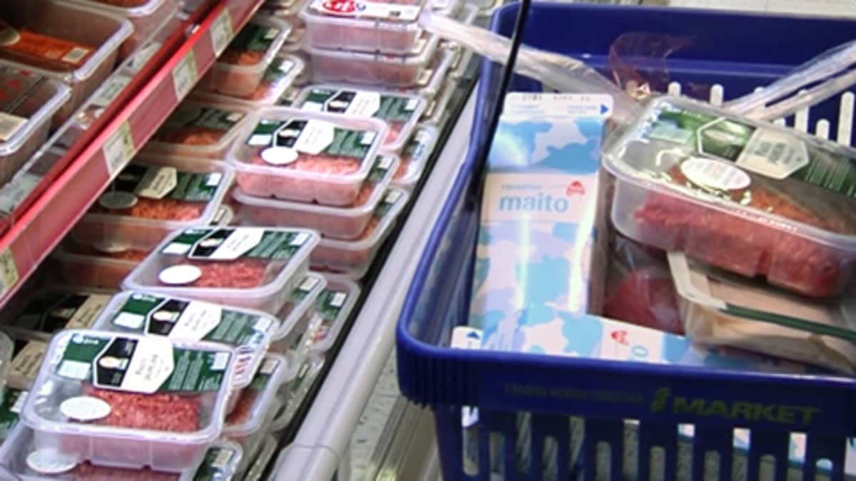 Jauhelihaa ja maitoa kaupan ostoskorissa.