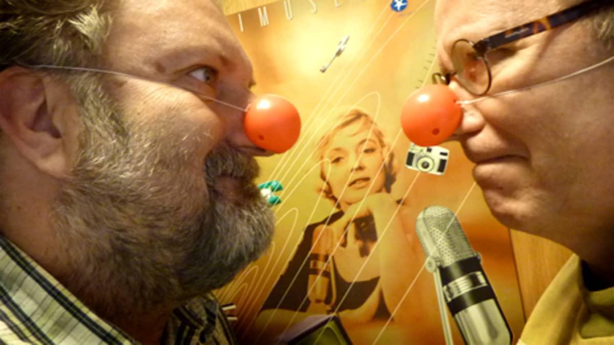 Nenäpäivän diskoa isännöivät Hanski Kinnunen ja Tapani Ripatti. Nenät päässä.