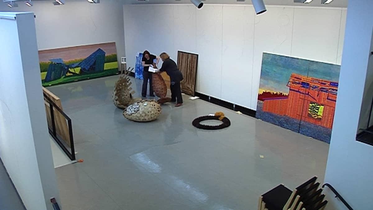 Aluenäyttelyn pystytys Nelimarkka-museolla.
