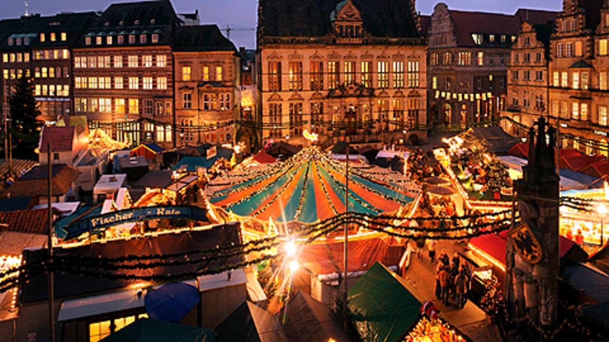 Joulumarkkinat ja jouluvaloja torilla.