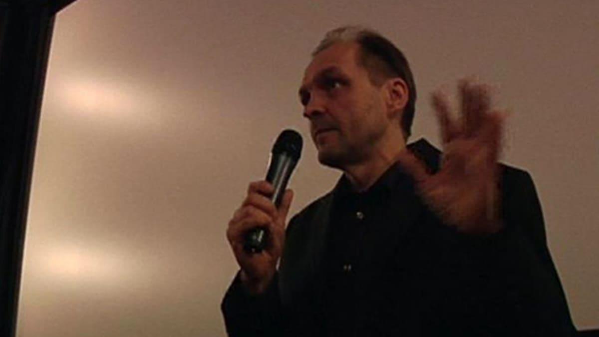 Arto Halonen puhuu mikrofoniin.