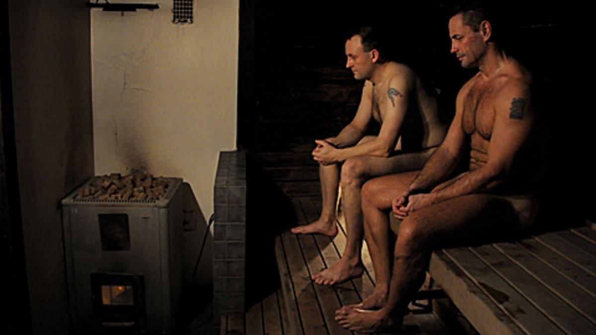 Kaksi miestä saunan lauteilla.