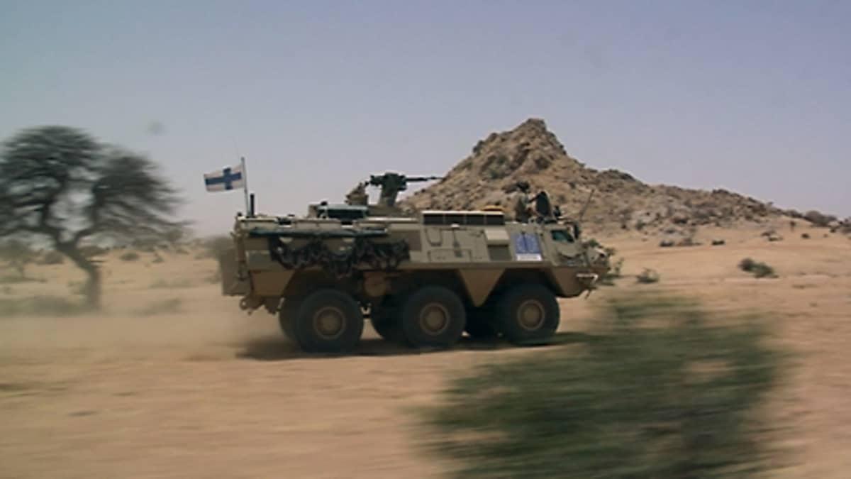 Suomalaisten rauhanturvaajien vaunu partioi Tshadissa.