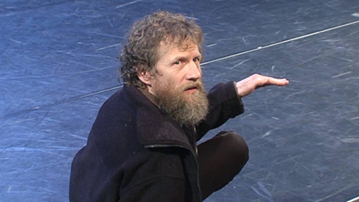 Tanssitaiteilija Tommi Kitti ohjaamassa nimeään kantavan tanssiryhmän esitystä.