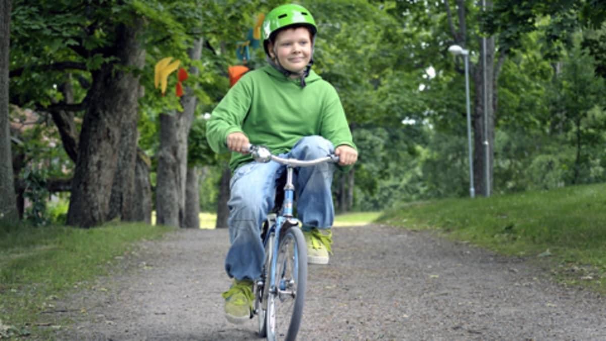 Severi Heikkilä pyöräilee metsätiellä