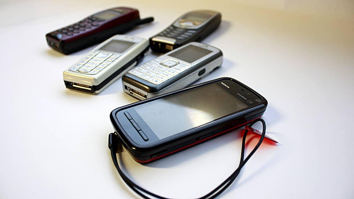 Kuvassa puhelimia uudesta vanhaan.