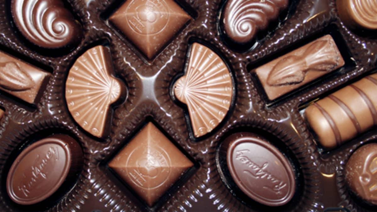 Suklaakonvehteja rasiassa.