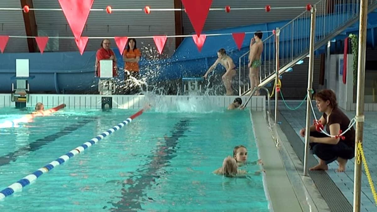 Lapsia uimassa  Imatran uimahallissa.