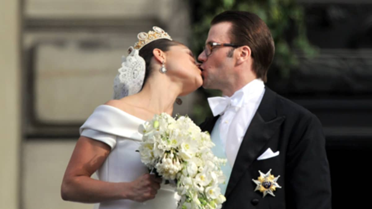 Tuore aviopari suutelee kuninkaanlinnan Lejonbacken -tasanteella.