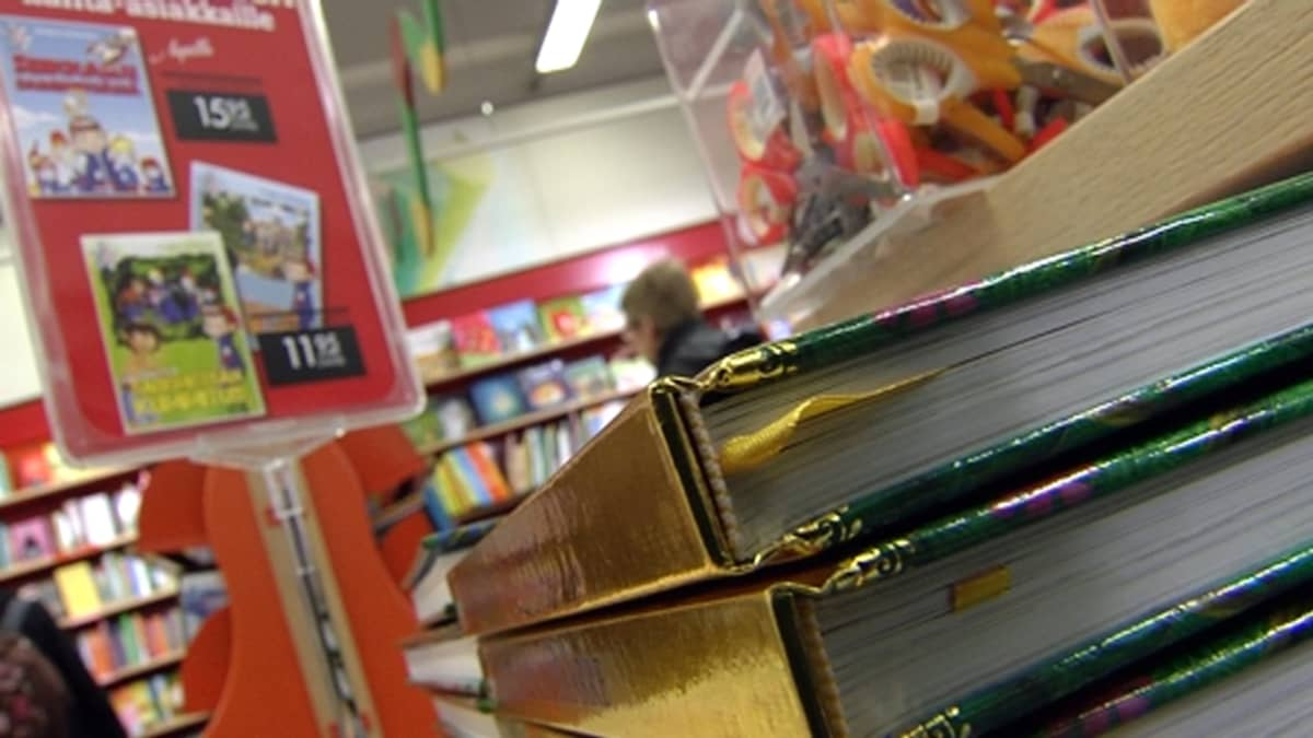 Kirjakaupassa.