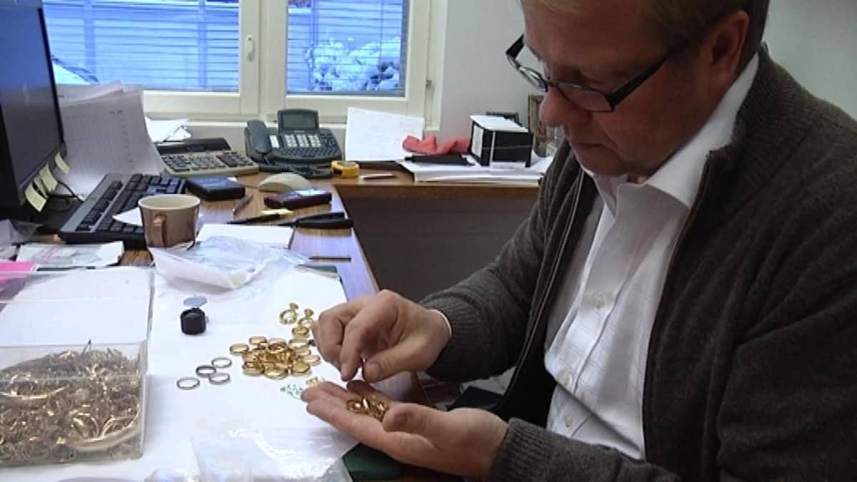 Kultaseppä Olli Silvan lajittelee romukultaa