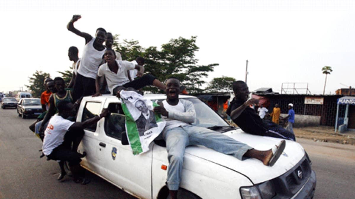 Nuoria miehiä auton kyydissä ja katolla.