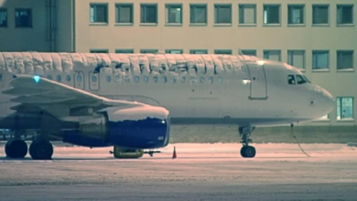 Lumen peittämä Finnairin lentokone Helsinki-Vantaan lentokentällä