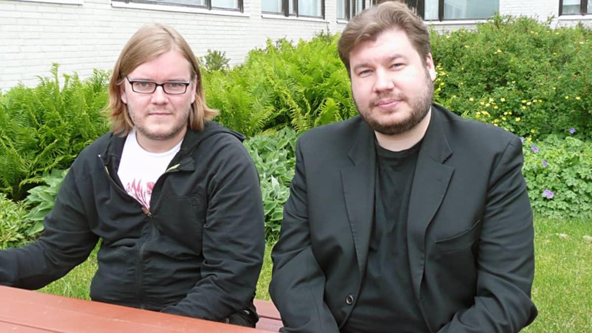 Ohjaaja-käsikirjoittaja Mika Hotakainen (vas.) ja ohjaaja-käsikirjoittaja-tuottaja Joonas Berghäll matkalla Sodankylän elokuvajuhlille kesällä 2010.