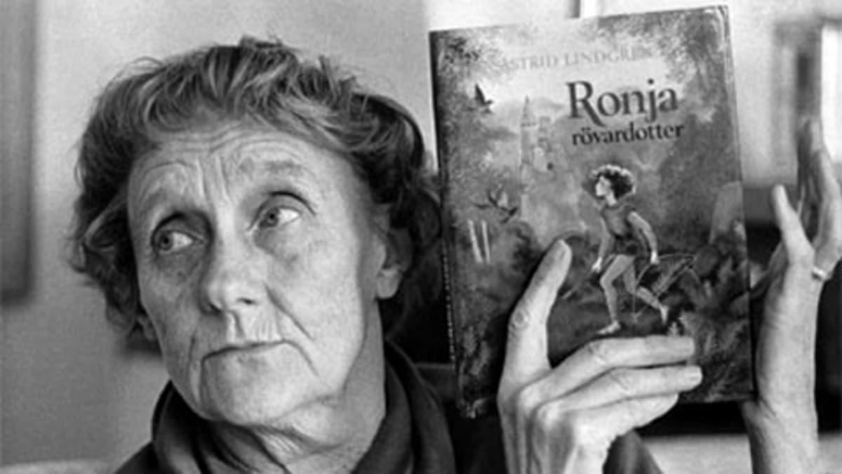 Kirjailija Astrid Lindgren kädessään Ronja Ryövärintytär.