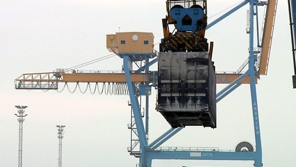 Konttinosturi nostaa kontia satamassa.