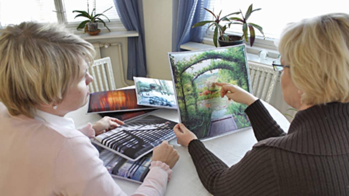 Anne Tammisen satiinille tulostetut Vapaa tarina -kokonaisuuden teokset ovat pehmeitä ja tyynymäisiä.
