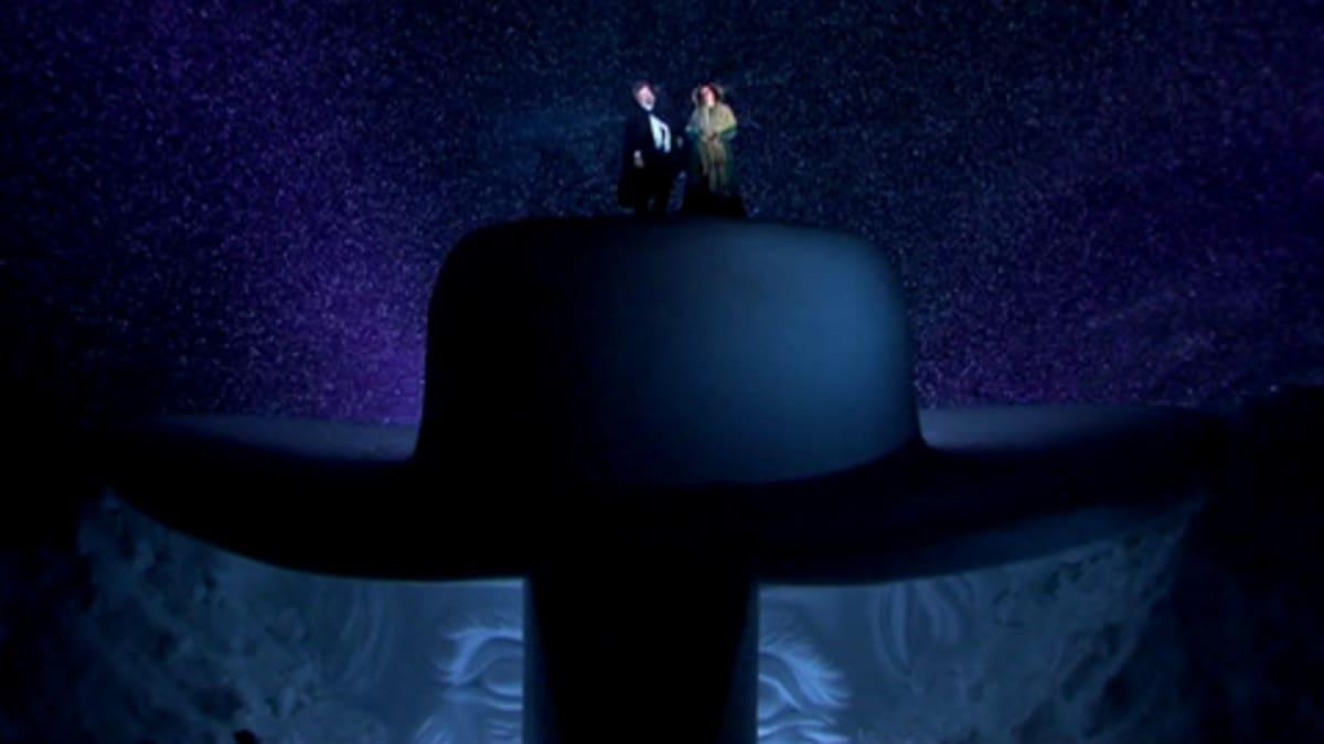 Kaksi oopperalaulajaa esittää Verdin aarioita lumisateessa Bregenzissä Itävallassa.
