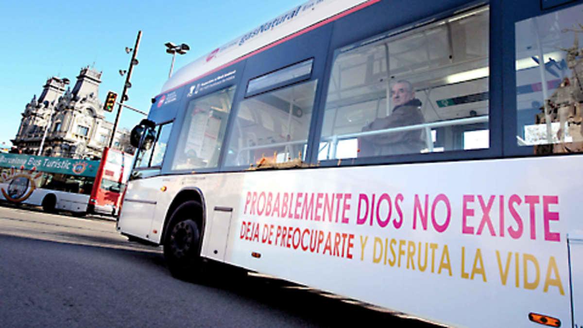 Ateismikampanjan mainoksin teipattu barcelonalainen bussi.