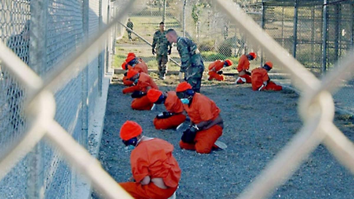 Vankeja sotilaspoliisien valvonnassa Guantanamossa tammikuussa 2002.