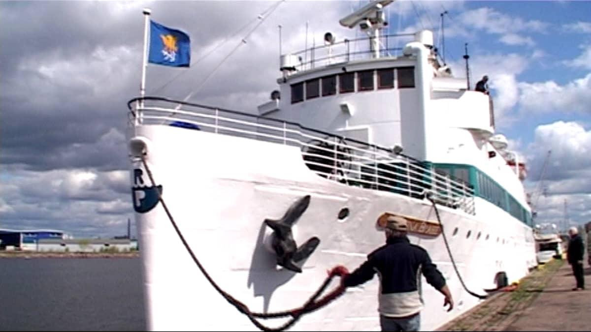 Matkustaja-alus Kristina Brahe Kotkan satamalaiturissa.