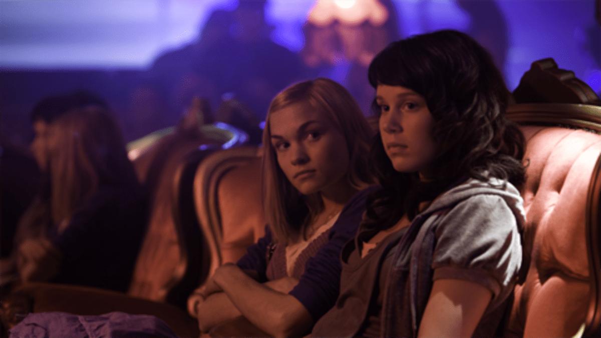Kielletty hedelmä elokuvan kohtaus, jossa kaksi tyttöä istuu sohvalla.