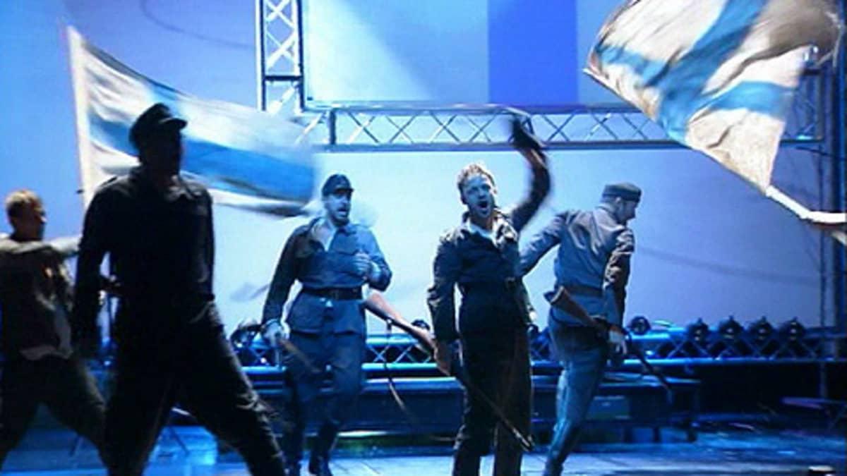 Näyttelijöitä lavalla Kansallisteatterin Tuntematon sotilas -esityksessä