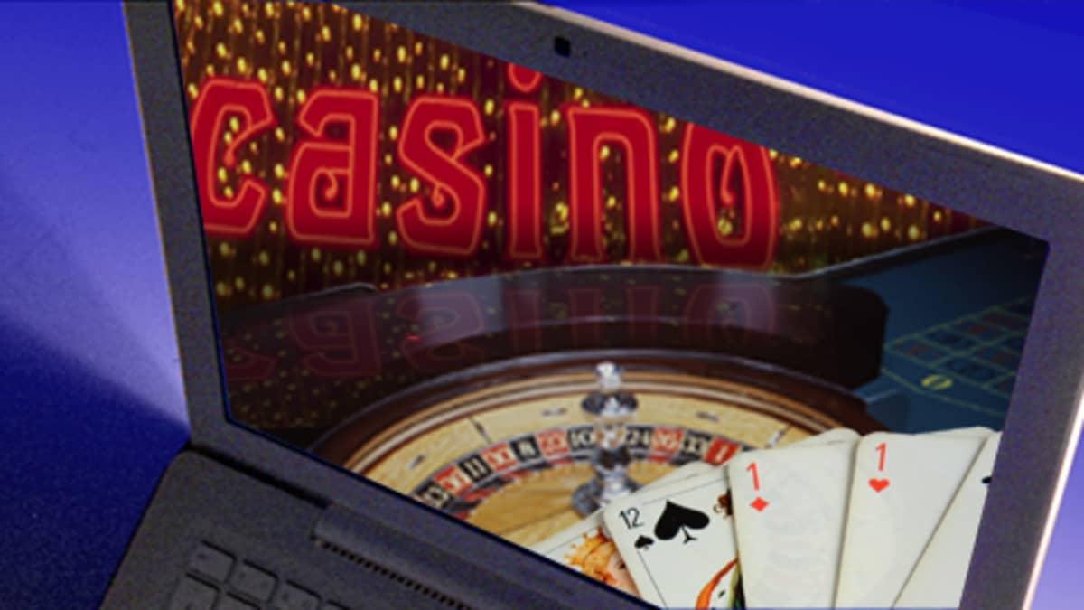 Uhkapeliä internetissä, kuvassa tietokonenäytöllä eri rahapelejä.