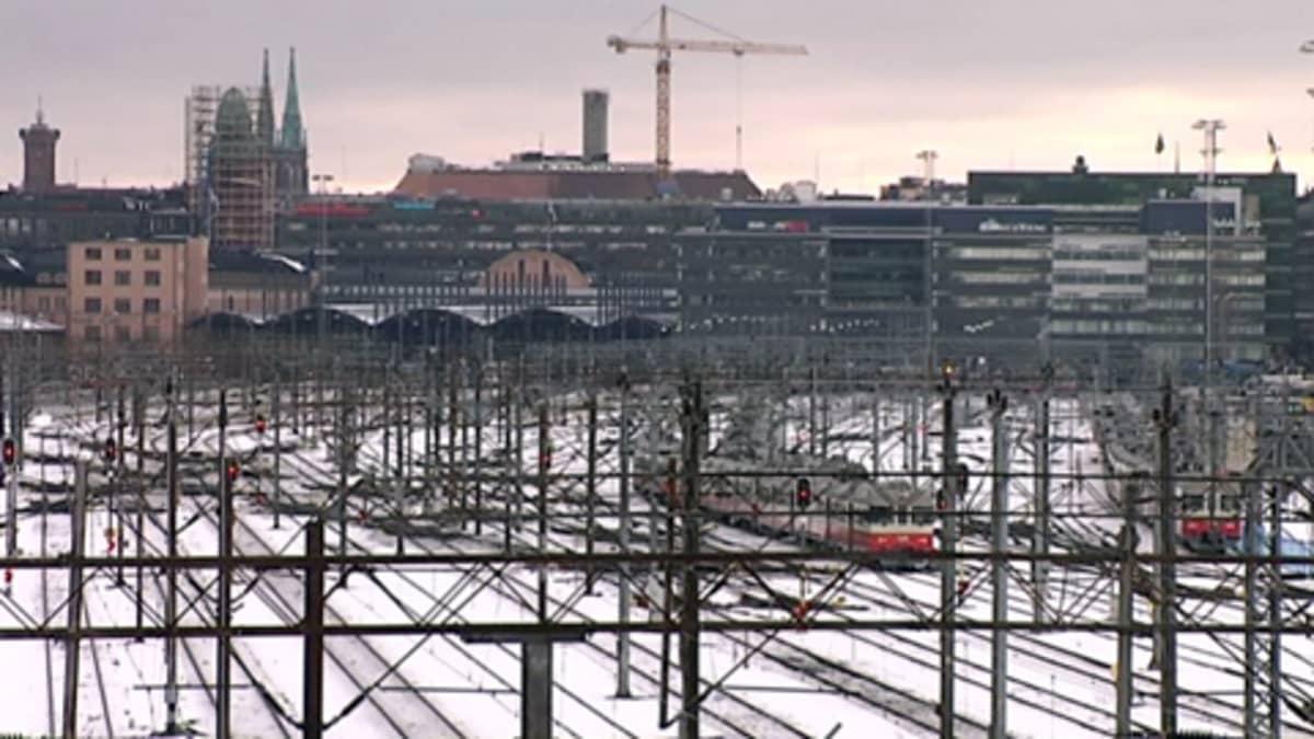 Lähiliikenteen junia ratapihalla Helsingissä