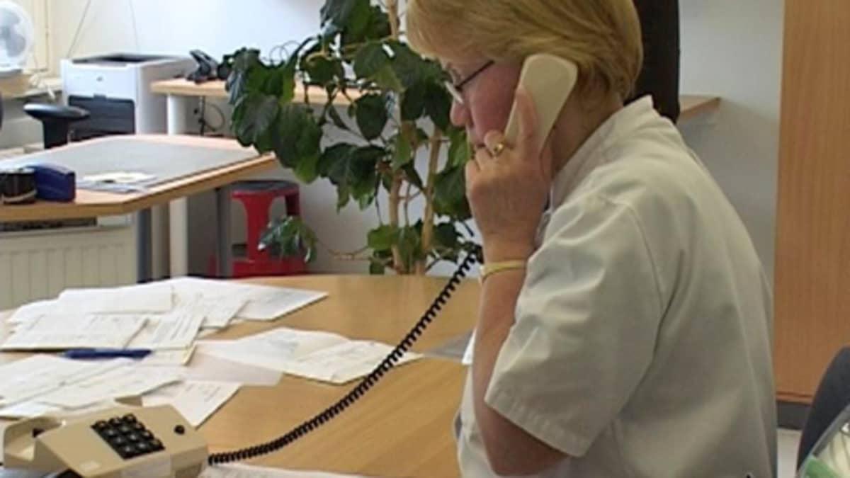 Sairaanhoitaja on puhelimessa.
