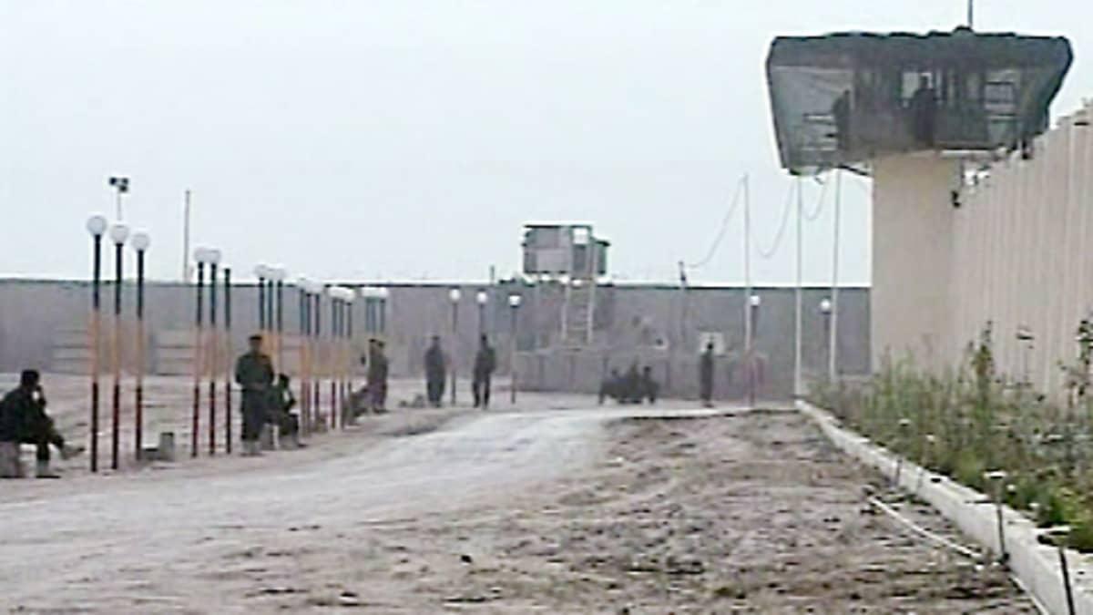Vartijoita vankilan pihalla.