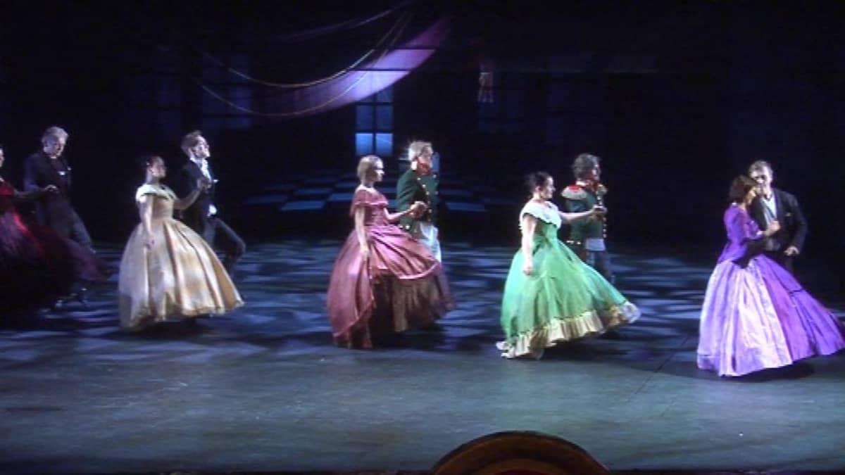 Keisarin valssin tanssikohtaus Oulun kaupunginteatterissa