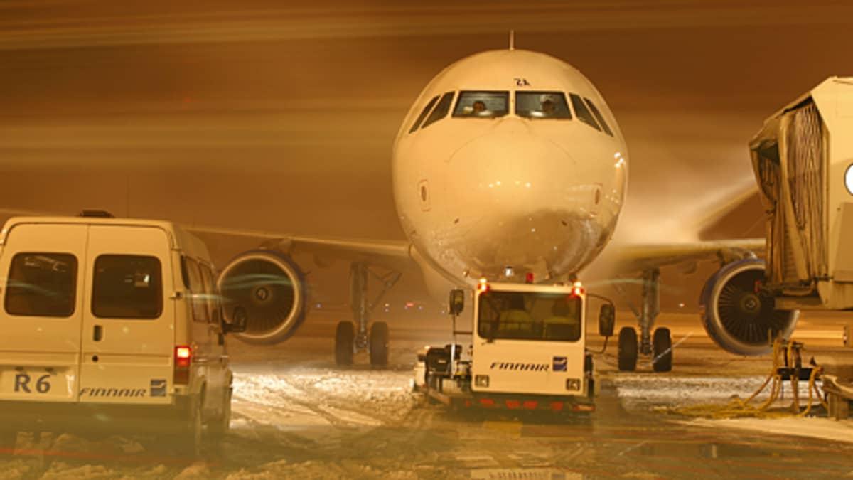 Finnairin konetta valmistellaan lähtöön.