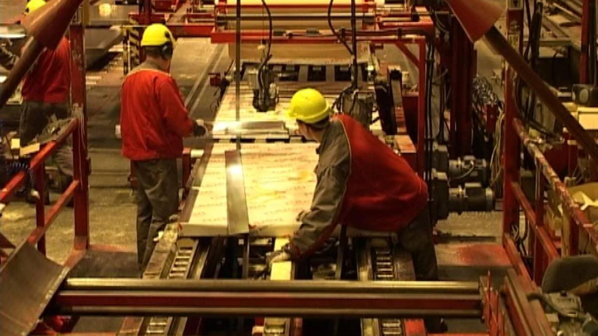 Työntekoa Rautaruukin Hämeenlinnan tehtaalla.