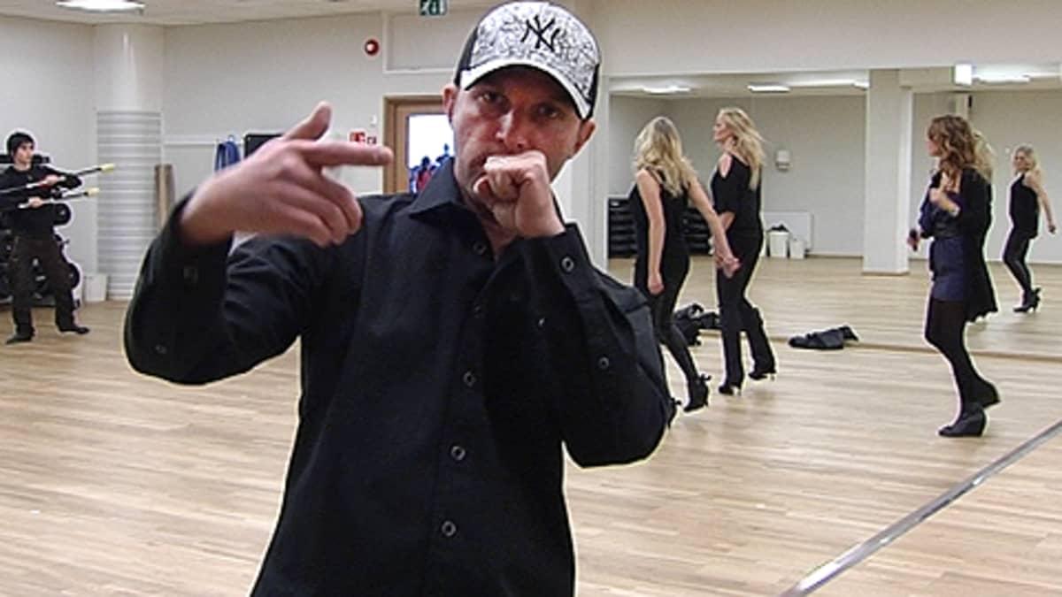 Waldo's People harjoittelee salissa Eurovision laulukilpailun esitystään.