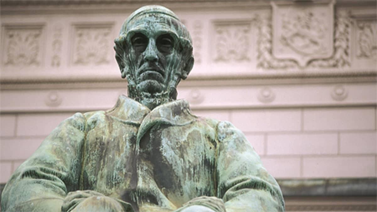 Snellmanin patsas Helsingissä