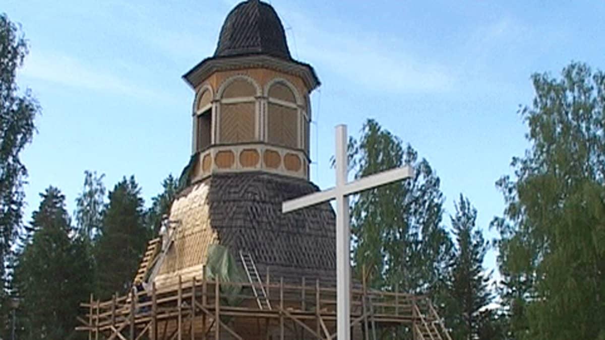 Kesälahden kirkon kellotornia korjataan.