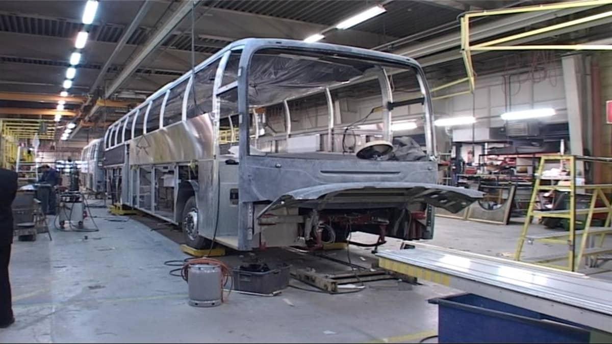 Lahden Autokorin tehtaalla valmistetaan busseja.