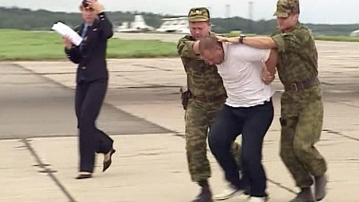 Kaappaajaa tuodaan lentokoneesta ulos Moskovan lentokentällä.