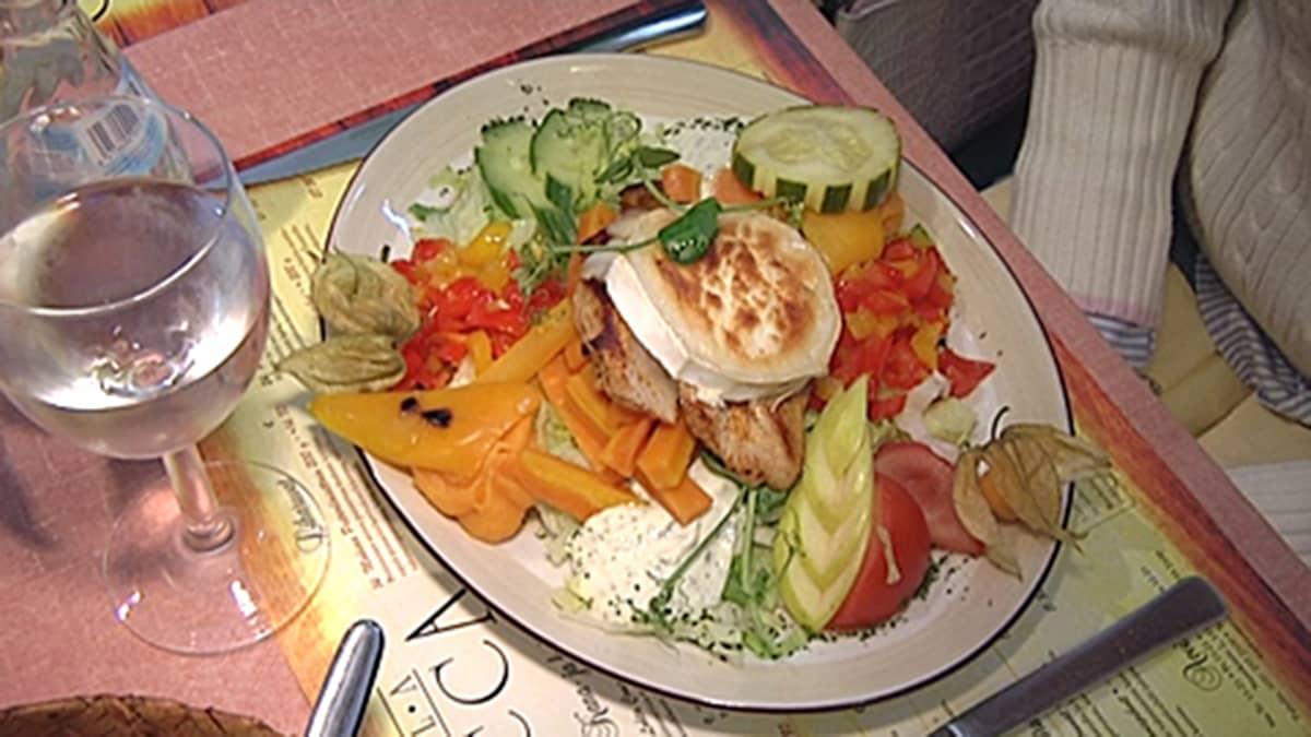Gluteeniton ruoka-annos (vuohenjuustosalaatti).
