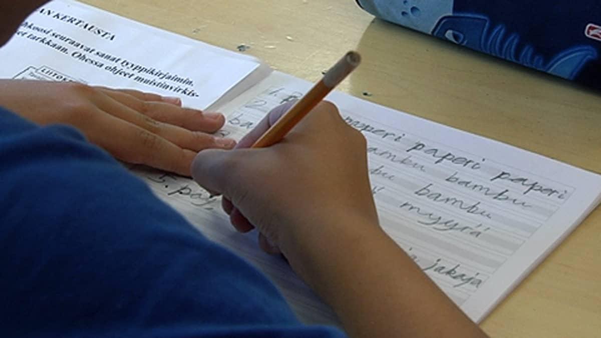 Poika kirjoittaa