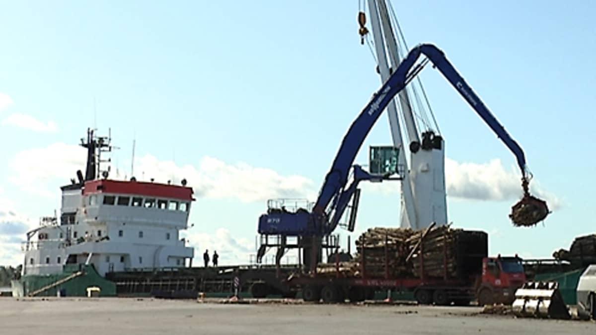 Puutavaran lastausta Pietarsaaren satamassa