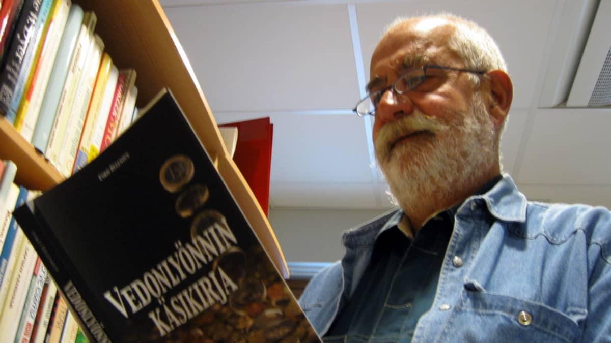 Vedonlyönnin käsikirjan laatija Esko Helenius.