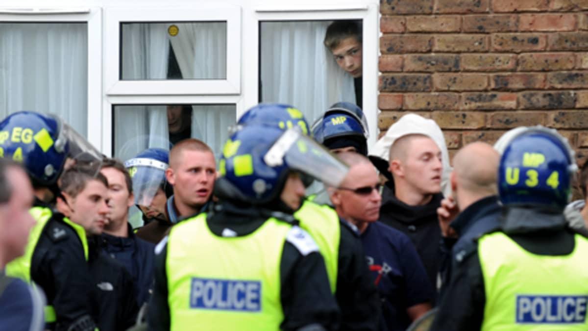 Mellakkapoliiseja ja äärioikeistolaisia nuoria miehiä Lontoossa.