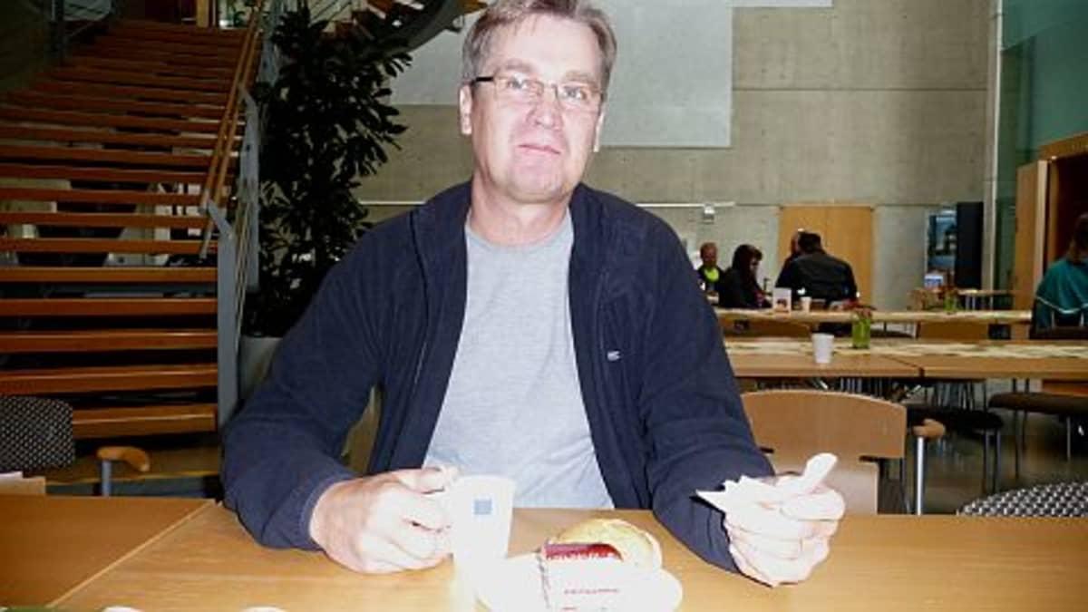 Arto Karjalainen joi verenluovutuksen päätteeksi kakkukahvit.